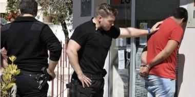 El detenido es custodiado por el personal policial que lo detuvo a metros de donde había robado.