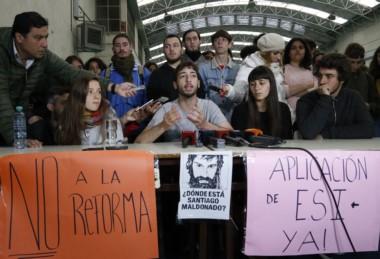 Los estudiantes que mantienen tomados unos 30 colegios secundarios públicos y universitarios de la ciudad de Buenos Aires desde el pasado 29 de agosto afirmaron hoy que continuarán con la medida.