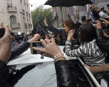 Cristina saluda a un puñado de simpatizantes a su salida de la radio.