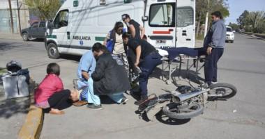 Auxilio. Momentos en que la comitiva médica llegaba al lugar para asistir al motociclsta de 22  años.