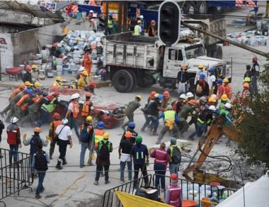 Autos, escombros y chatarra es sacada a mano por los voluntarios.