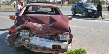 El violento choque implicó a un total de ocho personas y una mujer resultó con lesiones graves. Otro ileso.