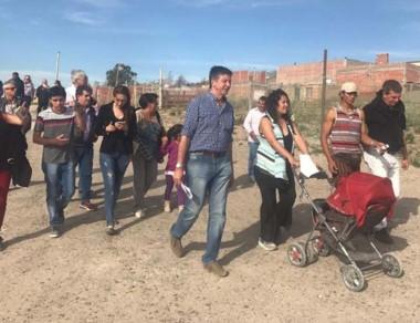 El candidato de Cambiemos, Gustavo Menna, recorriendo Madryn.