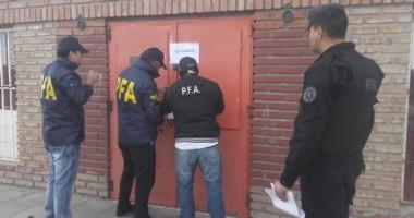 Personal de la Policía Federal Argentina clausurando uno de los locales nocturnos allanados ayer.