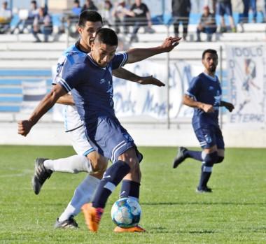 Fabrizio Palma, a punto de marcar el segundo gol de Brown y de su cuenta personal, ayer en Puerto Madryn.
