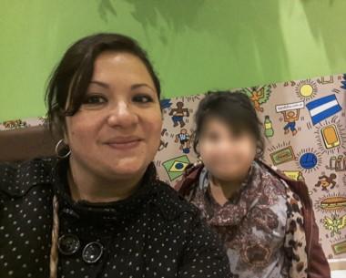 La mamá junto a la pequeña que con solo 9 años, intentó suicidarse con pastillas porque en la escuela vive un infierno.