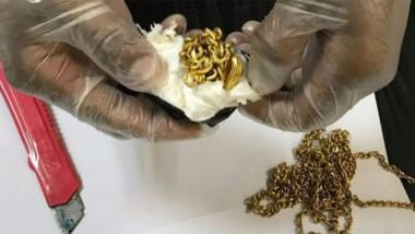 El cacheo reveló que el hombre tenía en el recto oro envuelto en plástico. La policía sacó siete pequeños lingotes de oro y seis cadenas, por un valor de unos 4,5 millones de rupias (25.000 euros).