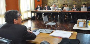 Alegatos. El fiscal Nürnberg frente a los defensores y los imputados, durante un tramo de su alegato final en un juicio oral que ya se termina.
