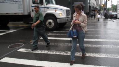 """""""Es muy común ver a los peatones cruzar semáforos en rojo y que por ir distraídos tropiezan, se caen y producen accidentes automovilísticos"""