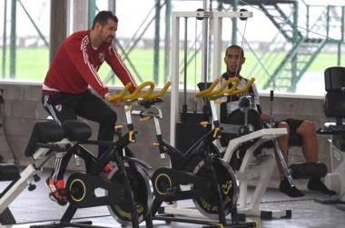 Mora volvió a entrenar después de tres meses. Acá, en el gimnasio junto a Maidana.