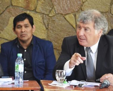 """Argumentos. En segundo plano, el """"Cura"""" Segundo escucha la defensa de su abogado, Fabián Gabalachis."""