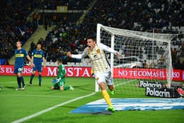 Martínez festejando su gol ante Boca por Copa Argentina.