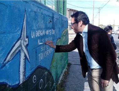 El mural se encuentra en la Escuela 20 de Rawson.