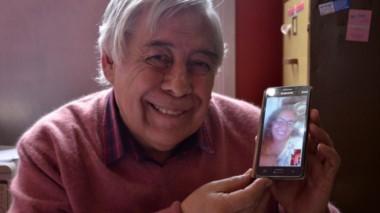 Abel Montesino, quien luego de más de un año de noviazgo por medio de internet contrajo matrimonio a la distancia con su novia, Margarita Ceballos. (Diario de Río Negro).