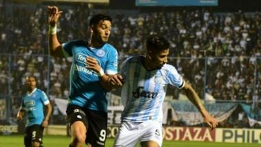 Tobías Figueroa, ex Brown, pelea con el rival de Atlético de Tucumán en el juego que finalizó 0 a 0.