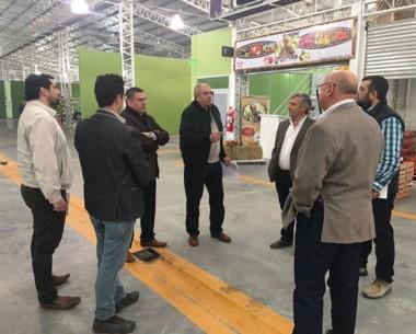 Recorrida. Empresarios y artesanos discuten nuevas alternativas.