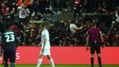 Se derrumbó una tribuna en el festejo de un gol del Lille de Marcelo Bielsa en Francia.