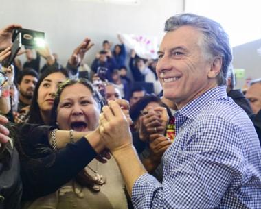 Macri saluda a la gente en el polideportivo donde realizó el acto.