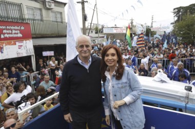 Cristina junto a su compañero de fórmula, Jorge Taiana, recorrieron ayer en camión el populoso partido.