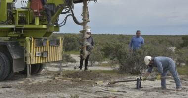 Un camión del consorcio comenzó a realizar perforaciones para conocer el nivel de contaminación del sector.
