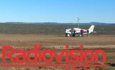 La avioneta bajó sobre la ruta en construcción. (Foto Radiovisión)
