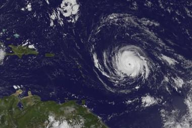 El ojo de Irma estaba en la tarde del lunes a 790 km al este de las Antillas Menores y soplaba con vientos máximos sostenidos de 215 km/hora.
