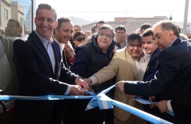 """El vicegobernador, Linares y """"Loma"""" Ávila durante el corte de cintas de la reinauguración de la clínica."""