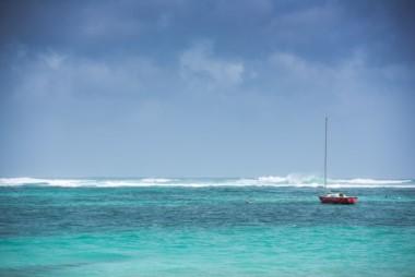 A las 18H00 GMT, el huracán se acercaba hacia las Islas de Sotavento, a 295 km de Barbados y 290 km de Antigua, donde el viento y la lluvia ya habían comenzado.