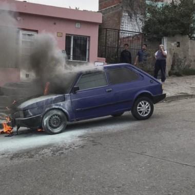 Momentos en que las llamas se expandían por el frente del auto.