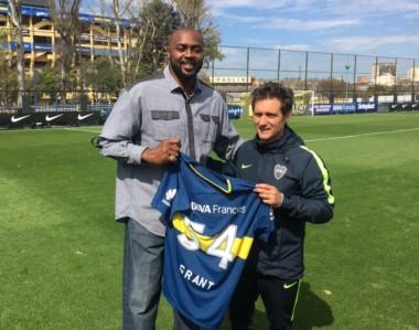 Horace Grant, ex jugador de la NBA, visitó Casa Amarilla y se llevó la camiseta de Boca de manos del Mellizo.
