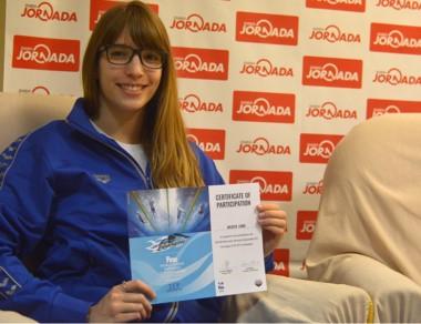 Julieta visitó Jornada y mostró orgullosa su certificado de participación.