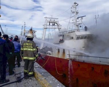 Chorro de agua. Las maniobras de rescate por parte de bomberos fueron dignas de una película de acción.