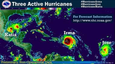 Imagen térmica donde se aprecia de izquierda a derecha a los huracanes Katia, Irma y más a tras José. (Fuente: Servicio Nacional del Clima de EE.UU.)