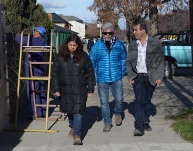 Familiar. De campera azul, Sergio Maldonado, hermano de Santiago, camina por Esquel por los trámites.