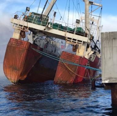 El buque presentaba esta  mañana una importante escora (foto Madryn Noticias)