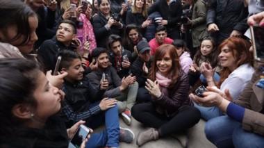 Cristina recorrió uno de los barrios más humildes de Avellaneda y se juntó con vecinos y niños de la zona. La visita de la exmandataria fue tumultuosa porque no hubo vallas.