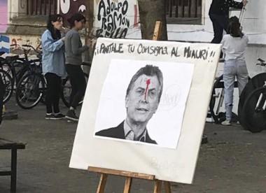 El afiche formaba parte de una jornada en reclamo por Maldonado y se trató de una foto de Macri con una marcha roja que simulaba sangre en la frente.