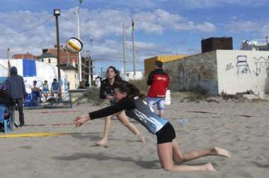 La dupla femenina de la Escuela Madrynense de Vóley obtuvo el primer puesto en el beach. Los varones también.