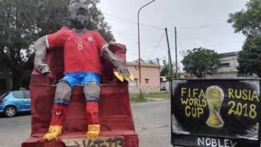 La sensación de la quema de muñecos de La Plata: un Arturo Vidal gigante que ve el Mundial por tv.