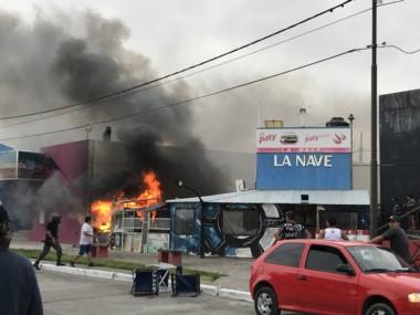 El fuego consumiendo el local La Nave. (Foto: Sebastián Denegri)