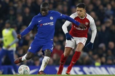 El chileno Alexis Sánchez sigue de cerca a su rival de Chelsea en el empate 0 a 0.