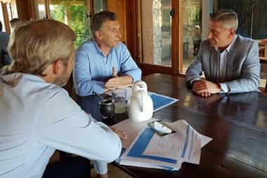 Serios. Frigerio, de espaldas, escucha al presidente Macri ante también la atenta mirada del gobernador.