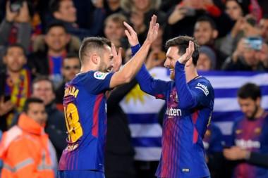 Messi (2) y Jordi Alba (1), celebran uno de los tantos. Los otros fueron de Suárez y Rakitic.