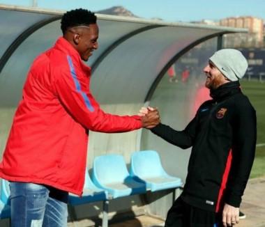 Messi le da la bienvenida al colombiano Yerry Mina en el Barcelona.