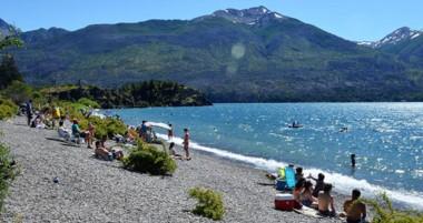El lago Futalaufquen es uno de los lugares más concurridos por estos días de buenas temperaturas.