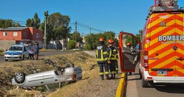 El vehículo Chevrolet Corsa terminó acostado sobre el canal de la calle Juan Evans en el barrio Tiro Federal.