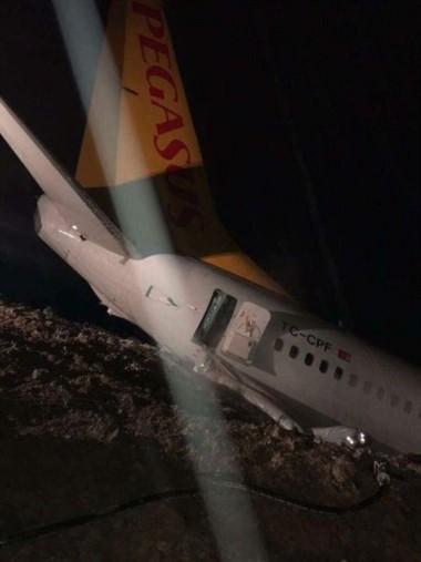 Tremendo susto. Avión con 162 pasajeros quedó a metros del mar tras despistarse.