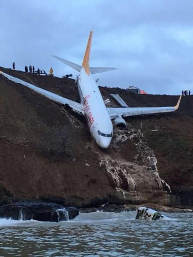 Un Boeing 737 de Pegasus Airlines se despistó durante el aterrizaje en Trebisonda y terminó a orillas del mar Negro.