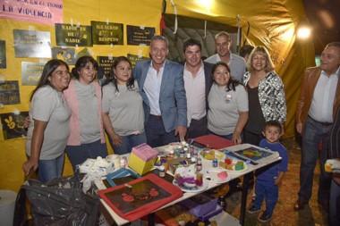 Productores. Arcioni recorrió los stands en El Hoyo y accedió a las fotografías con las familias del lugar.