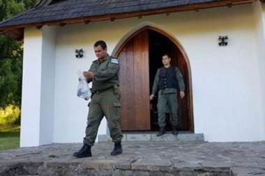 Personal de Gendarmería Nacional retirando del lugar algunos elementos. En este caso, preservativos.